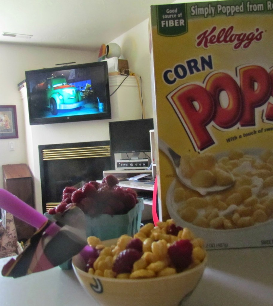 Kellogg's and berries are a mess free #goodnightsnack for Movie Night! #shop #cbias