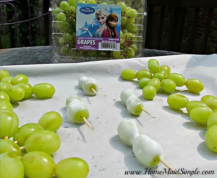 Yogurt Olaf and Snowflake FROZEN grapes #DisneyFROZENGoesFresh ad